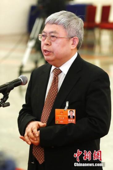 """3月13日,国务院扶贫办主任刘永富在十三届全国人大一次会议的""""部长通道""""接受媒体采访。中新社记者 富田 摄"""