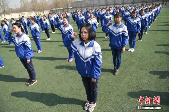 3月13日,山西太原,太原市第五十五中学为即将步入18岁的高三学生举行成人仪式,数百名学生在操场上进行成人礼宣誓。中新社记者 武俊杰 摄