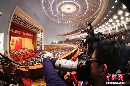 3月13日,十三届全国人大一次会议在北京人民大会堂举行第四次全体会议。图为记者关注会议。 <a target='_blank' href='http://www.chinanews.com/'>中新社</a>记者 杜洋 摄
