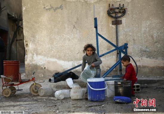 杜马小镇街头,孩子们正在取水。