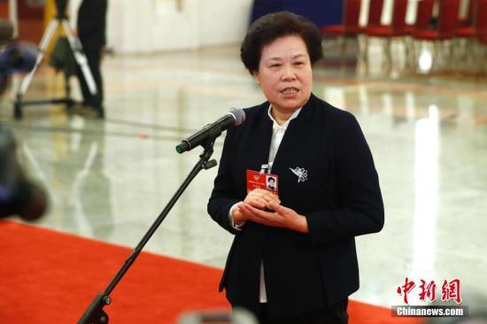 """3月13日,中国气象局局长刘雅鸣在十三届全国人大一次会议的""""部长通道""""接受媒体采访。中新社记者 富田 摄"""