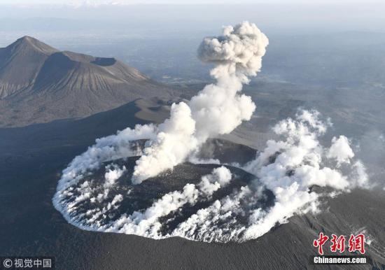 资料图:2018年3月12日,日本新燃岳火山持续喷发。日本气象厅10日公布,新燃岳火山当日断续发生数次爆炸性喷发,烟尘一度高达4500米。 图片来源:视觉中国