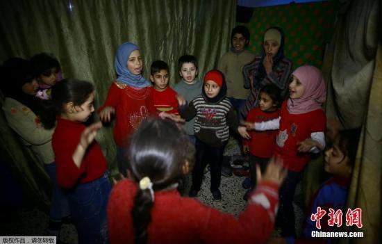 杜马位于大马士革东古塔地区,据外媒报道,叙利亚政府军3月9日开始对东古塔地区发动新一波空袭,危及运送重要救援物资的车队。叙政府军已对这个反抗军控制的地区发动近3周的猛烈攻势,并取回一半以上土地。图为在杜马避难所中生活的儿童们。