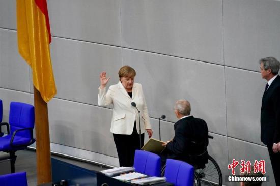 当地时间3月14日,德国联盟党领袖默克尔在柏林的联邦议院内面对联邦议长朔伊布勒宣誓就职新一任德国总理。这开启了她作为德国首位女总理的第四个任期。本次德国完成组阁距离2017年9月大选已近半年,下一次德国大选将于2021年举行。<a target='_blank' href='http://www.chinanews.com/'>中新社</a>记者 彭大伟 摄