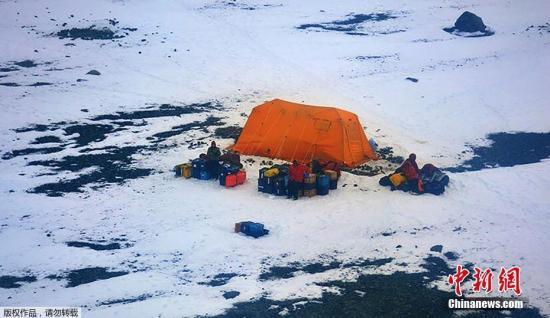 3月14日消息,阿根廷海军3月11日公布了一组营救被困南极洲茹安维尔岛的美国科研人员的照片。因冰层过厚,美国破冰船Laurence M Gould号无法靠近科研人员,请求阿根廷海军协助救援。最终,5名美国科研人员及1名承包商获救。