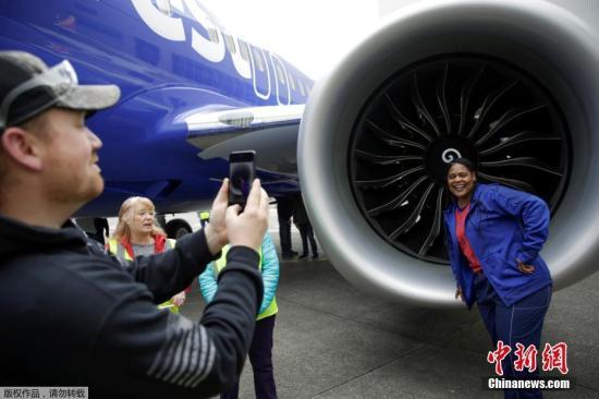 当地时间2018年3月13日,波音公司在美国华盛顿州伦顿一架737 MAX客机前庆祝,这是自1967年来生产的第10000架波音737客机,同时,这也让波音737客机成为世界上第一种生产数量达到10000架的喷气式客机,打破了世界纪录。波音737系列飞机是美国波音公司生产的一种中短程双发喷气式客机。波音737自研发以来五十年销路长久不衰,成为民航历史上最成功的窄体民航客机系列之一,至今已发展出十个型号。波音737计划在1964年展开,1967年4月9日原型机首次试飞,1967年12月15日获美国联邦航空局型号合格证,第一架737-100飞机于1967年12月28日交付给汉莎航空公司。图为波...