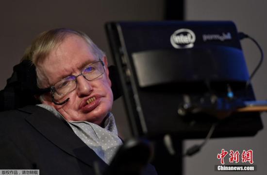 """1985年,霍金因肺炎而渐丧失说话能力。他只能靠右眼的肌肉移动特制眼镜的按钮,操作发声器""""讲话""""。科技公司英特尔向霍金提供了帮助,自1997年以来,英特尔一直为霍金定制电脑和轮椅,并且每两年升级一次和长期提供技术支持。在2012年,英特尔专家团开始对霍金的设备进行改造升级,新的系统使霍金完成日常任务的速度提高了十倍,包括我们常用的对文件进行浏览、编辑、管理,对多任务间进行切换和收发电子邮件等。"""