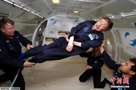资料图:2007年4月26日,霍金在大西洋上空的飞机中体验失重飞行,并安全返回地面。这次零重力体验为他的太空冒险计划走出了关键的一步,也使他成为首位体验失重飞行的残疾人。