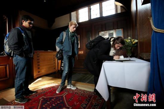 当地时间3月14日,著名英国科学家霍金在家中安然辞世,为了缅怀这位伟大的物理学家,剑桥冈维尔与凯斯学院降半旗悼念霍金。剑桥师生还排队在冈维尔与凯斯学院小教堂吊唁簿上签字。