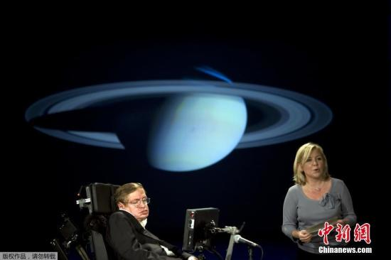 资料图:2008年4月21日,英国物理学家史蒂芬・霍金和他的女儿在华盛顿大学的NASA系列讲座中演讲。
