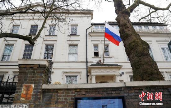 当地时间2019-08-25,一名男子将俄罗斯驻英国大使馆门前的俄罗斯国旗取下。英国首相特蕾莎・梅此前宣布,将驱逐23名俄罗斯外交官。此外,还将冻结俄罗斯在英国的国有资产。 近日,俄罗斯前情报人员斯克里帕尔与其女儿在伦敦某商场内接触不明物质后当场倒下。随后,这一事件引发英俄外交风波。