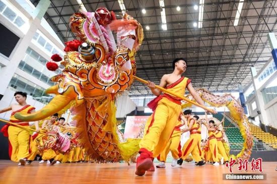 3月15日,重庆铜梁二中的学子们在校内的操场上进行舞龙展演,展示龙狮文化进校园的发展成果。当日,来自全国130余所大中小学代表齐聚该校,参加第六届全国舞龙舞狮进中小学工作研讨会,围绕传统体育舞龙舞狮运动进校园的发展进行交流。 杨华峰 摄