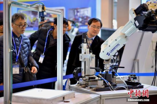 资料图:工业机器人。/p中新社记者 佟郁 摄