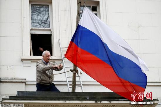 当地时间2018年3月14日,一名男子将俄罗斯驻英国大使馆门前的俄罗斯国旗取下。英国首相特蕾莎・梅此前宣布,将驱逐23名俄罗斯外交官。此外,还将冻结俄罗斯在英国的国有资产。近日,俄罗斯前情报人员斯克里帕尔与其女儿在伦敦某商场内接触不明物质后当场倒下。随后,这一事件引发英俄外交风波。