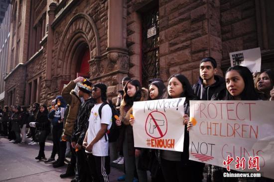 当地时间3月14日,美国纽约杰奎琳肯尼迪高中的学生手举标语、高呼口号,要求政府采取更严格的控枪政策。当天,全美数千所学校停课17分钟举行集会,纪念一个月前佛罗里达州枪击事件中的遇难者。2月14日,美国佛州帕克兰市道格拉斯中学发生枪击案,造成17人死亡。 中新社记者 廖攀 摄