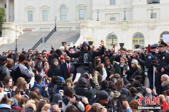 当地时间3月14日,千余名来自华盛顿、弗吉尼亚州、马里兰州的学生在国会山前举行集会活动,抗议枪支暴力,呼吁完善控枪法案。 中新社记者 刁海洋 摄