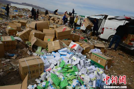过期药品堆放在垃圾场,即将销毁。 刘文华 摄