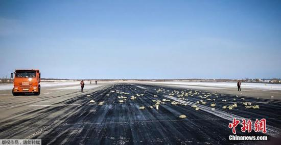 """当地时间2018年3月15日,俄罗斯雅库茨克机场新闻中心发布消息称,一架飞机起飞时货舱门掉落,丢失了""""特别贵重的货物""""。目前,雅库茨克机场及周边地区已发现172个贵金属块,包括黄金、钻石及铂金。据俄罗斯卫星通讯社报道,事件发生后,该架飞机的机组人员决定返回雅库茨克。警方正在对机场区域的行人和司机进行搜查,雅库茨克机场负责飞机起飞的技术工程师已经被拘留。截至目前,当地执法机关尚未对此事发表评论,事故原因正在调查中。"""