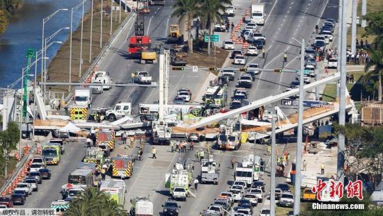 当地时间2018-07-23,美国佛罗里达州迈阿密市一座过街天桥坍塌,图为事故现场。