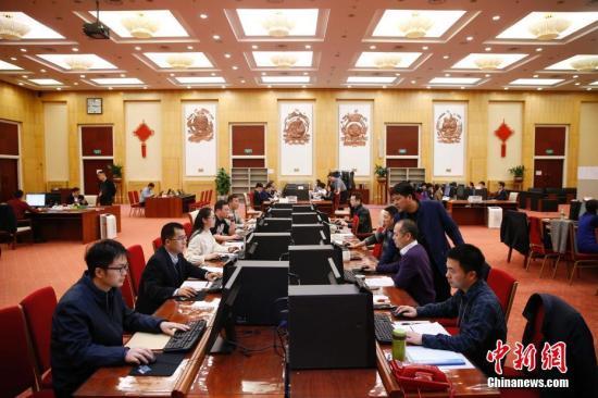 3月16日,十三届全国人大一次会议秘书处议案组组长郭振华在北京介绍,到大会主席团决定的代表提出议案截止时间,大会秘书处议案组共收到代表议案325件。其中,代表团提出12件,代表联名提出313件。目前,共收到代表建议7100多件。图为议案组工作现场。中新社记者 韩海丹 摄