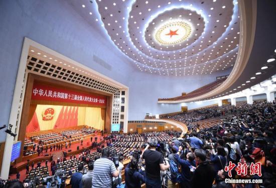3月17日,十三届全国人大一次会议在北京人民大会堂举行第五次全体会议,表决关于批准国务院机构改革方案的决定草案。 中新社记者 侯宇 摄