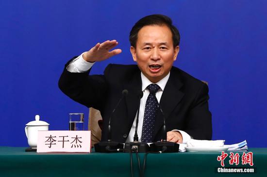 """3月17日,十三届全国人大一次会议在北京举行记者会。环境保护部部长李干杰在记者会上晒出治污""""成绩单""""。他表示,大气环境质量五年来得到明显改善和提升,大气十条中的五大目标超额完成,大气污染防治新机制基本形成。 中新社记者 富田 摄"""