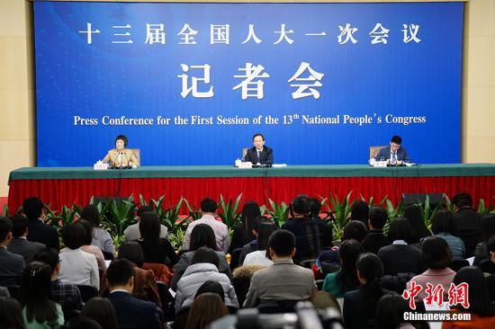 """3月17日,十三届全国人大一次会议新闻中心举行记者会,环保部部长李干杰就""""打好污染防治攻坚战""""相关问题回答中外记者提问。中新网记者 李卿 摄"""