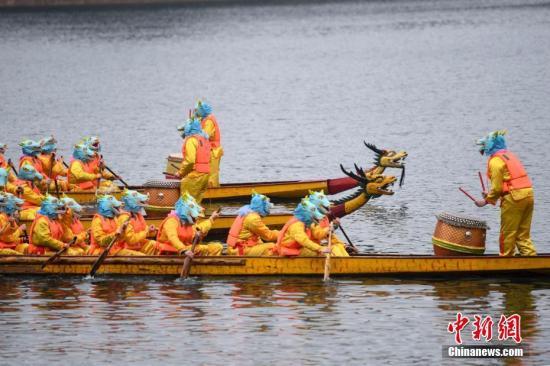 参赛龙舟在水上比拼速度。 杨华峰 摄