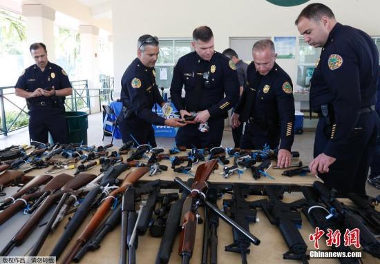 当地时间3月17日,美国迈阿密警察在当地开展枪支回购行动,超过100支枪支在行动中回购,售价最高的枪支甚至可以得到250美元的礼品卡。