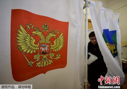 当地时间3月18日,一名水手在俄罗斯符拉迪沃斯托克的投票站投票。当日,俄罗斯迎来总统选举日。