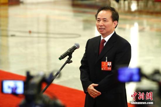 """3月19日,十三届全国人大一次会议在北京人民大会堂举行第七次全体会议。生态环境部部长李干杰在""""部长通道""""接受采访。 记者 富田 摄"""