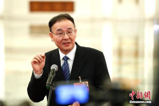 """3月19日,十三届全国人大一次会议在北京人民大会堂举行第七次全体会议。国家邮政局局长马军胜在""""部长通道""""接受采访。 记者 富田 摄"""