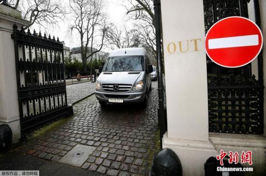 资料图:当地时间3月20日,英国伦敦,遭英国驱逐的俄罗斯外交官偕家人准备离开俄罗斯驻英大使馆,将返回俄罗斯。因俄罗斯前间谍斯克里帕尔中毒事件,英国首相此前下令驱逐23名俄罗斯外交官。