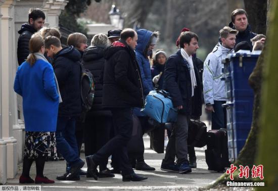 当地时间3月20日,英国伦敦,遭英国驱逐的俄罗斯外交官偕家人准备离开俄罗斯驻英大使馆,将返回俄罗斯。因俄罗斯前间谍斯克里帕尔中毒事件,英国首相此前下令驱逐23名俄罗斯外交官。