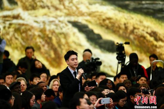 中新社记者在总理记者会上提问。中新社记者 富田 摄
