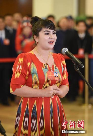 图为全国人大代表、新疆维吾尔自治区于田县兰干乡民政社会保障事务所干部如克亚木・麦提赛地接受采访。 中新社记者 侯宇 摄