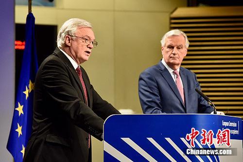 脱欧谈判欧盟首席谈判代表巴尼耶(图右)与时任英国脱欧事务大臣戴维斯(图左)。 欧盟供图