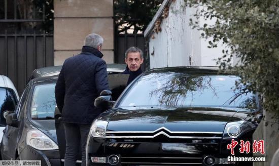 当地时间3月21日,法国巴黎,法国前总统尼古拉・萨科齐准备乘车离开家。因涉嫌接受利比亚前领导人卡扎菲竞选资金,法国前总统萨科齐20日在巴黎西郊城市楠泰尔被警方拘留。萨科齐为何突然被抓?法媒称,多位卡扎菲时期利比亚前要人可能递交了新证据。