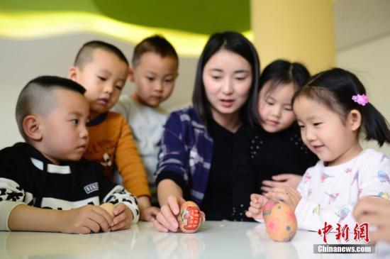 资料图:幼儿园中的孩子们。中新社记者 刘文华 摄