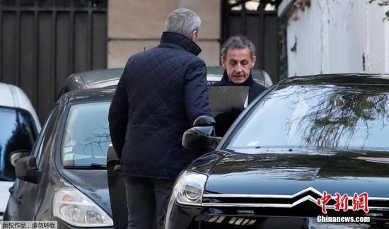 当地时间3月21日,法国巴黎,法国前总统萨科齐准备乘车离开家。因涉嫌接受利比亚前领导人卡扎菲竞选资金,法国前总统萨科齐20日在巴黎西郊城市楠泰尔被警方拘留。