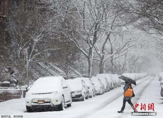 纽约市当天发布降雪天气警报,市政部门启动应急预案,额外部署了350台除雪车辆清理路面。市内的公立学校当天全部停课,市长德布拉西奥呼吁市民尽可能留在家中,减少出行。