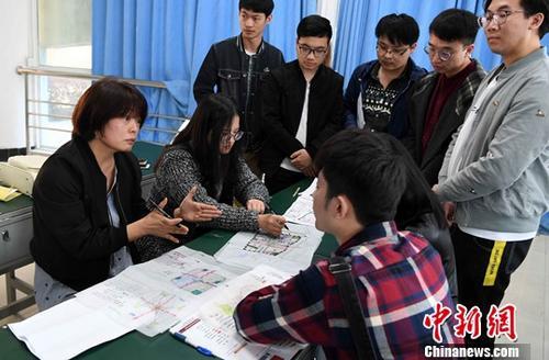 资料图:台湾教师正在与学生进行交流、探讨。<a target='_blank' href='http://www.chinanews.com/'>中新社</a>记者 刘可耕 摄