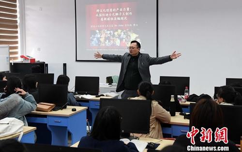 资料图为台湾教师、阳光学院副教授张纹珑博士课堂上声情并茂地讲课,受到学生的喜爱。中新社记者 刘可耕 摄