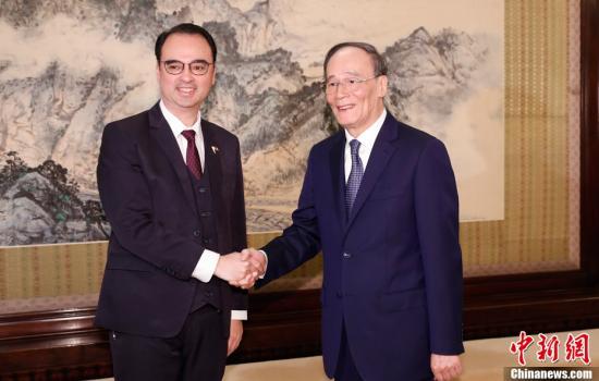 3月23日,中国国家副主席王岐山在北京会见菲律宾外长卡耶塔诺。中新社记者 杜洋 摄