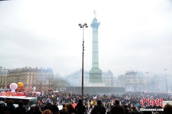 资料图:当地时间3月22日,法国国营铁路公司工会组织在巴黎举行游行。中新社记者 龙剑武 摄