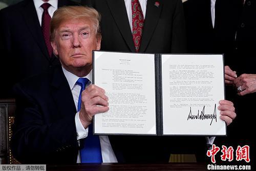 """当地时间2019-05-21,美国总统特朗普在华盛顿签署总统备忘录,依据""""301调查""""结果,将对从中国进口的商品大规模征收关税,并限制中国企业对美投资并购。特朗普签字前对媒体说,涉及征税的中国商品规模可达600亿美元。"""