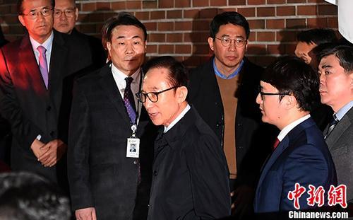 当地时间3月22日,在韩国首尔,韩国前总统李明博走出私宅。韩国首尔中央地方法院22日晚对前总统李明博签发逮捕令。李明博将成为韩国第4位因涉嫌贪腐而被捕的前总统。
