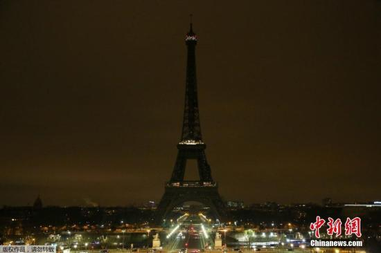 图为熄灭灯光的埃菲尔铁塔。当地时间23日,法国发生人质劫持时间,嫌犯枪击导致3人当场死亡,随后一名警察重伤不治身亡,事件一共导致4人死亡。