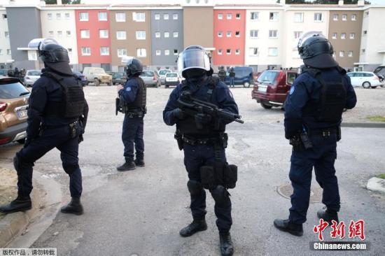 """当地时间3月23日,在法国西南部奥德省袭击警察和劫持人质的摩洛哥裔男子被特警当场击毙。这起极端组织""""伊斯兰国""""宣称负责的事件共造成3人死亡,5人受伤。"""