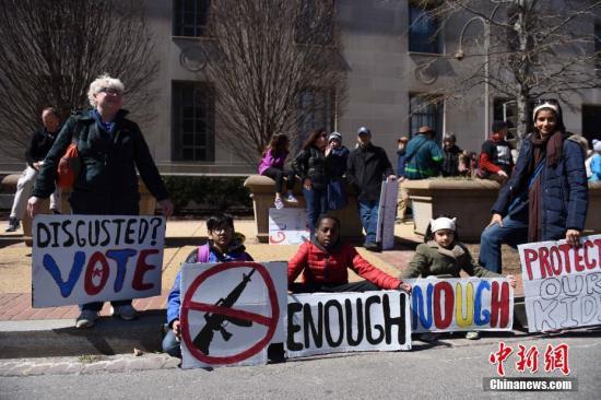 华盛顿街头到处都是高举反枪支标语的人们。 /p中新社记者 邓敏 摄